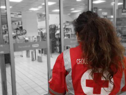 Volontari CRI impegnati in una raccolta alimentare